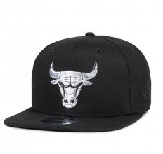 לצפייה במוצר NEW ERA 39THIRTY NBA METALLIC - CHICAGO BULLS
